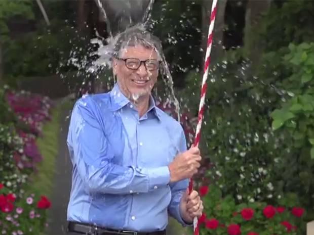 Bill gates partecipa all'ice bucket challenge, nominato dai Mark Zuckerberg